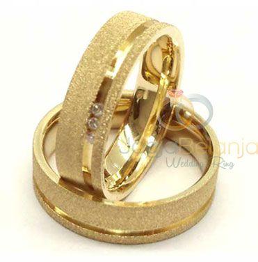 Bagi anda pasangan muslim kini tak perlu risau lagi, kembali kami hadirkan cincin pasangan perak dengan desain khas cincin emas serta dilengkapi dengan lapis rhodium warna emas. Lapis doff dan lapis kilap memberikan kesan kekinian pada cincin karya perajin perak profesional Kotagedhe i