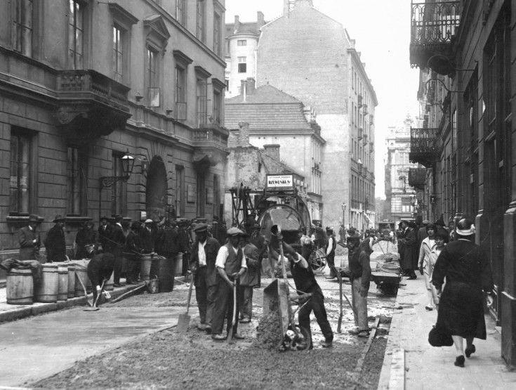 Asfaltowanie ulicy Chmielnej w Warszawie. 1926/06.