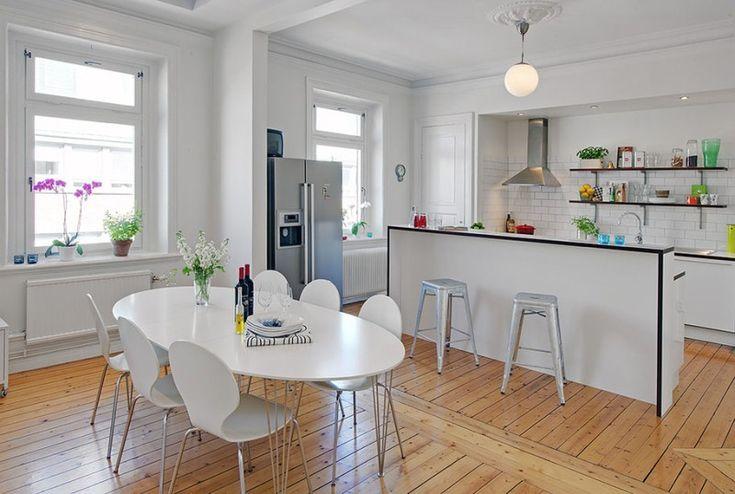 Минимум яркого декора, деревянный пол и узкий фартук на кухне в скандинавском стиле