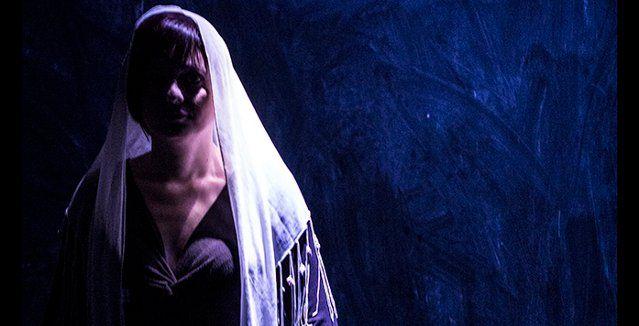 Το θέατρο Φούρνος παρουσιάζει την παράσταση «Ποιος Φοβάται το Σκοτάδι;» σε σκηνοθεσία Τάσου Καρακύκλα και ερμηνεία Μαρίας Κώτη.