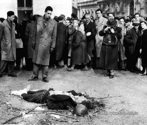 Budapest, 1956. november 1. Forradalom és szabadságharc Magyarországon, 1956-ban. A képen: Egy ÁVH-s holttestét járókelők nézik és fényképezik a Köztársaság téren. MTI Fotó: Fényes Tamás