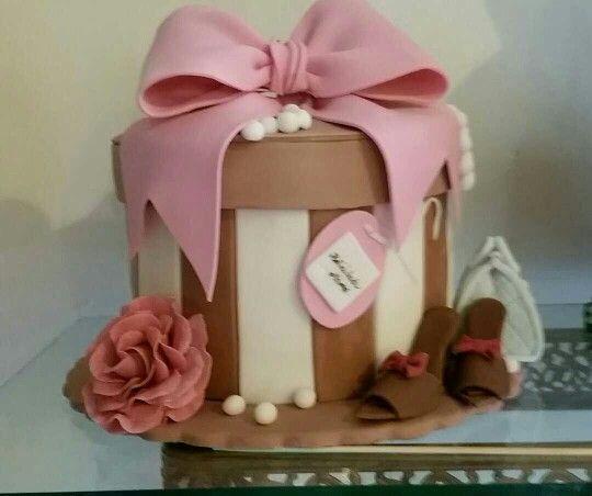 Pastel de cumpleaños con la cubierta de fondant
