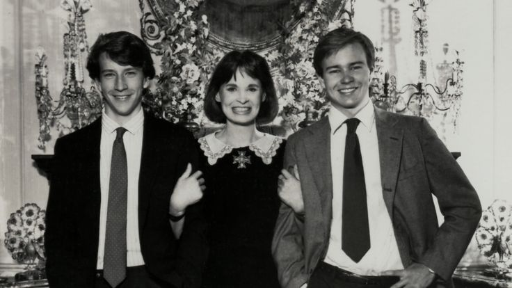 Gloria Vanderbilt with her 2 youngest sons that she had with her 3rd husband Wyatt Cooper. A very young Anderson Cooper is on the left and his older brother the late Carter Cooper on the right.