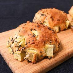 「さつまいものクイックブレッド」の作り方を簡単で分かりやすい料理動画で紹介しています。こねない!発酵させない!とにかく簡単なクイックブレッドに、さつまいもをたっぷり混ぜ込んでみました。 ヨーグルト入りのさっぱりさわやかな生地に、ホクホクのさつまいもとごまの食感がたまらない! 朝ごはんに、おやつにおすすめです。
