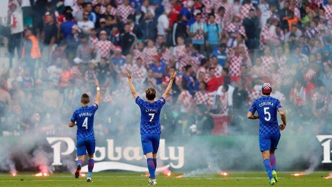 Die kroatischen Spieler Rakitic, Perisic und Corluka versuchen, ihre Fans beim EM-Spiel gegen Tschechien zu beruhigen.  (Quelle: dpa)