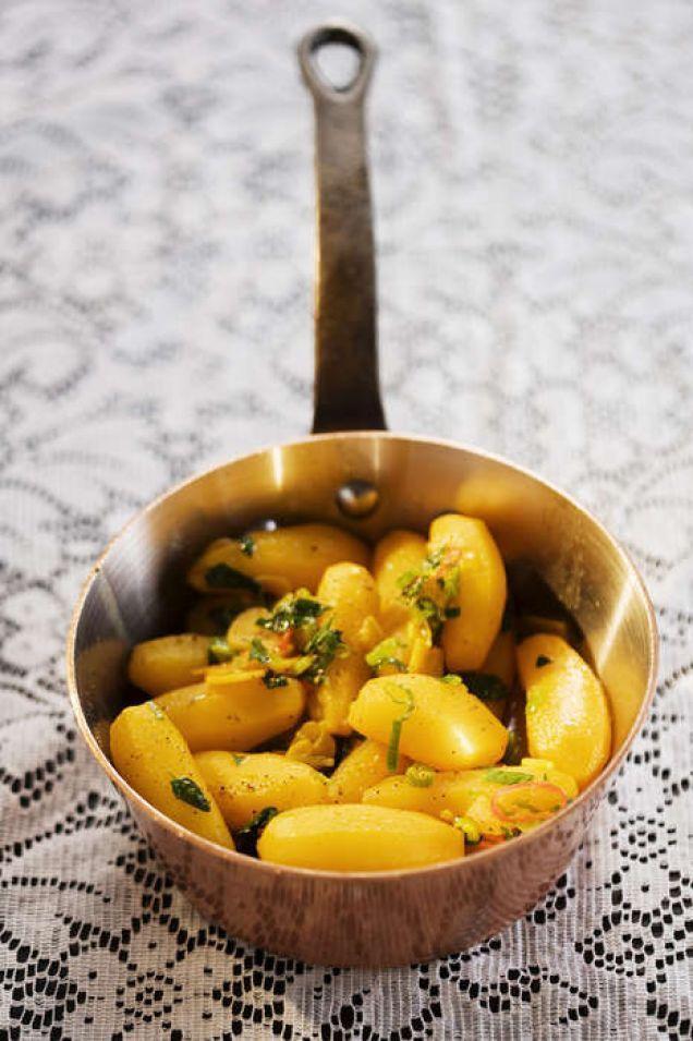 En kryddig variant av en fransk klassiker med buljongkokt potatis. Här smaksatt med saffran, vitlök och chili. Passar fint att servera som vegetarisk rätt på adventsbuffén eller julbordet.