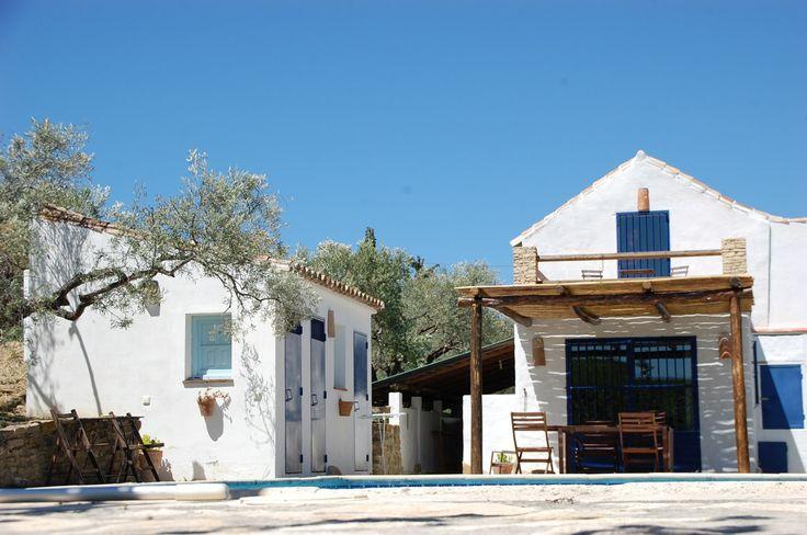 Een plaatje is het! Zo'n huis blauw met wit en midden in de natuur. Casa 99 is een boerderijtje dat in oude stijl gerenoveerd is.