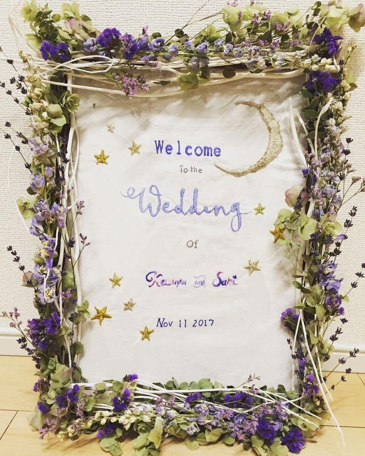 「. #welcomeboard . これも#星 をテーマに🌟 . #ドライフラワー が可愛い🐼💕 . #プレ花嫁#花嫁図鑑#日本中のプレ花嫁さんと繋がりたい…」 ナチュラル可愛い♩手作りウェルカムボードのデザイン③刺繍×ドライフラワーのナチュラルなウェルカムボード。テーマは『星』だそうです♩お月さまやお星さまがゴールドの刺繡糸で刺繡されています。英語フレーズは、夜空を思わせるパープル・ブルーの刺繡糸♡ボリュームたっぷりのドライフラワーも、パープルで統一。ぴょんぴょん飛び出したデザインがナチュラルで素敵です*