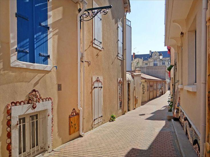 Arpentez l'île Penotte, ce quartier des Sables d'Olonne aux ruelles ornées de coquillages colorés | SooCurious