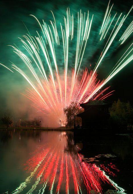 Coloridos fuegos artificiales alza hacia el cielo convertido en largos senderos de luz en esta foto premiada del usuario de Flickr Julie_Berlin