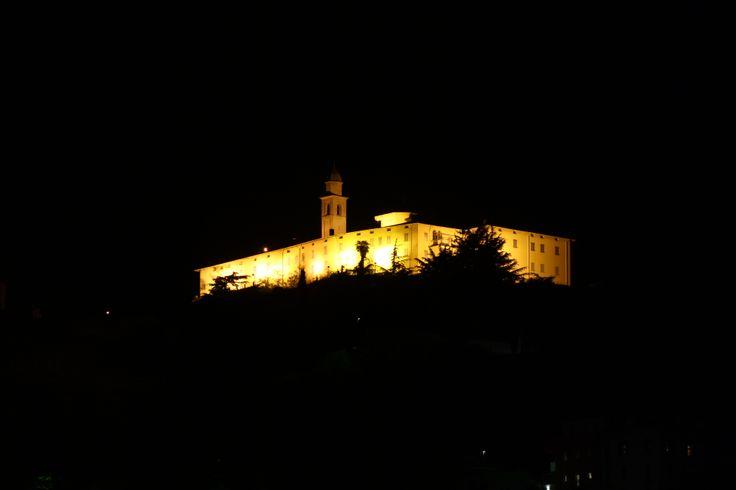 Una notturna del Monastero Benedettino femminile di San Lorenzo che sovrasta  #Sondrio. Per posizione e tipologia un bellissimo complesso.