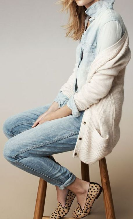 Nice soft chambray and denim outfit, complete with a slouchy cream cardigan. I would totally wear this outfit