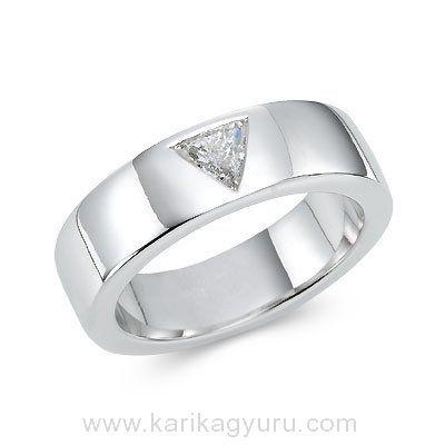 Karikagyűrű Áruház  Modern solitaire, egy köves eljegyzési gyűrű, 18K fehér arany foglalatban, 0,40ct súlyú trilliáns csiszolású gyémánttal.