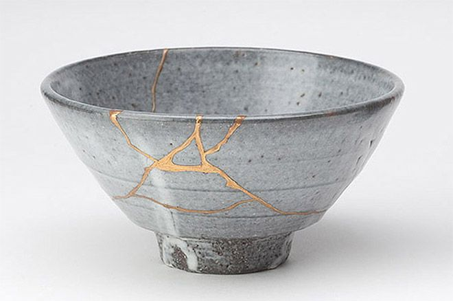 Kintsugi - Integrità e rottura. Una pratica giapponese che consiste nell'utilizzo di oro o argento liquido per la riparazione di oggetti in ceramica, usando il metallo per saldare assieme i frammenti.