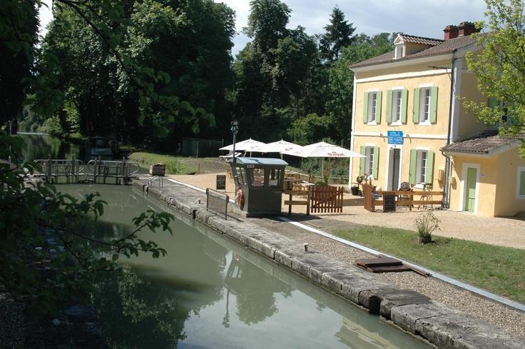 La Chope et le Pichet, Villeton Super restaurant dans une maison d'éclusière à côté du Canal Latéral, frites belges très bon!
