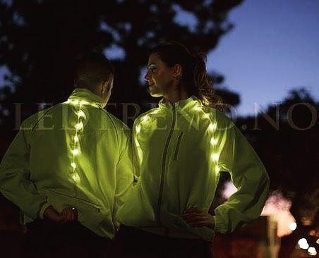 Jakken med innebygd LED-lys som passer perfekt til både joggere og syklister. Ett produkt spesiallaget for ledtrend ingen andre har tilgang til å selge denne unike LED-jakken i Norge. Vi spesial lager jakken til deg slik at den passer så bra som mulig til din kropp. Du kommer til å bli synlig både for bilister og andre folk når du kommer syklene/joggende med denne jakken her.  #ledtrend #jakke #ledjakke #jakkemedled #jakkemote #mote #treningsmote #trening #løping #løpeglede #løping…