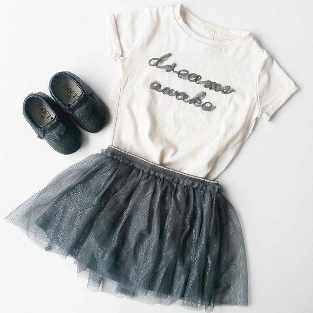 - www.noez.nl - Zwarte handmade moccasins van Noez gecombineerd met een stoer tshirt en rokje  #noezmoccasins #bootd #flatlay #monochrome #moccasins #lefties #kidsmusthave #minimemagazine #noezhandmade #baby #zwanger #meisje