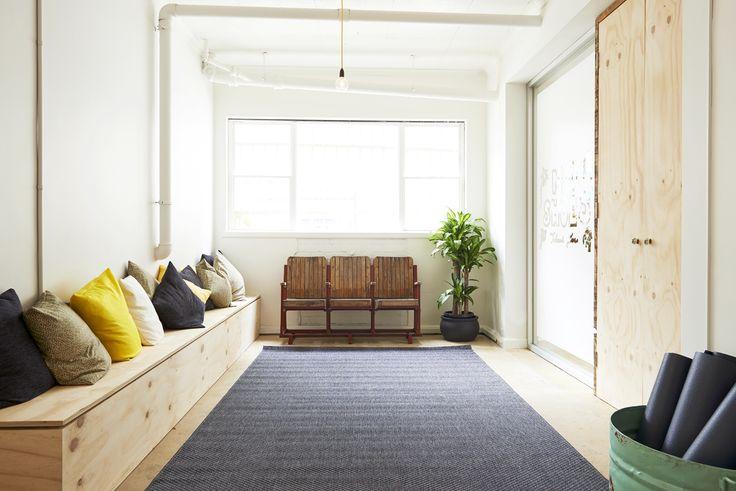 Panca in ingresso con cuscini originale, low cost e in stile ecologico e mobili di recupero.. minimal e pulito - tappetini arrotolati dentro contenitore rotondo
