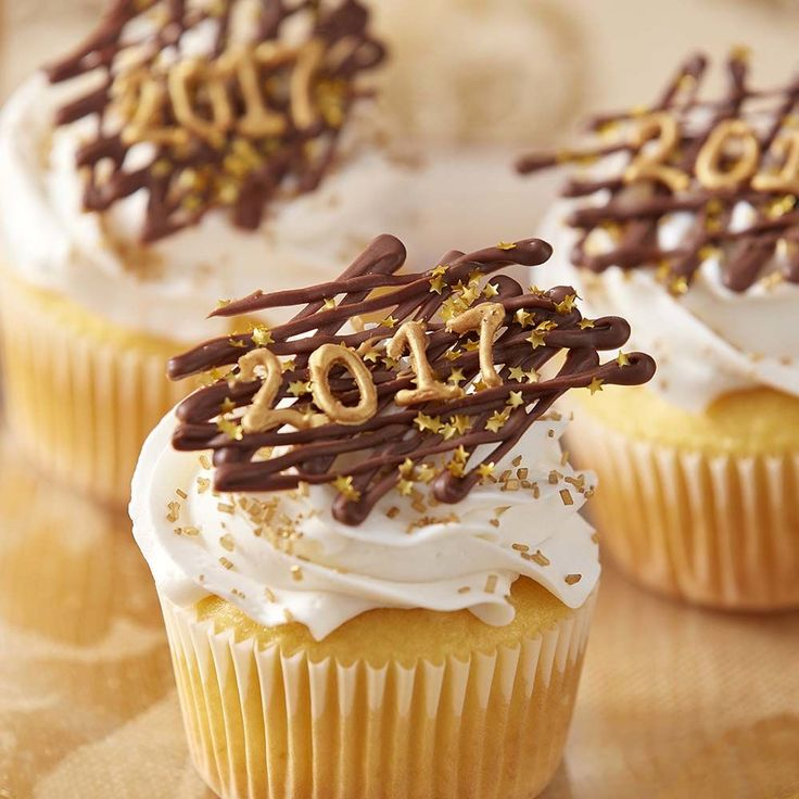 Start 2017 on a sweet note with these Happy New Year 2017 Cupcakes!  Made using melted Candy Melts candy, these simple and elegant cupcakes are great for New Year's parties!  The great thing about this cupcake project is that it can be adapted for every year, so you can come back to this fun and sparkly idea again and again!  A simple enough project for beginning decorators, these fun cupcakes work up quickly and are great for anyone looking to learn cake decorating in the coming year!