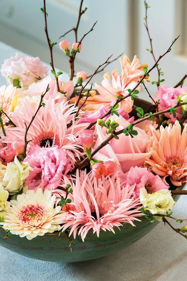 Close-up pink gerbera bouque on a wooden table #pinkegerberas #whitegerberas #inspiration #colouredbygerbera #dutchgerbera