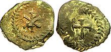 Monnaie de cuivre attribuée à CHILDEBERT 1° (511-558). Avers: chrisme dans une guirlande. Revers: Croix dans une guirlande. -