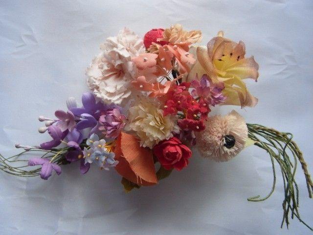 野に咲く小さな花々を集めてブーケにしました。 少し色褪せたアンティークのコサージュを イメージしています。 リーフを入れると21本の束!! <素材> ・デイジー(アンダリア)1本 ・野バラ(綿オーガン)1本 ・カーネーション(木綿)1本 ・昼顔(ポプリン)1本 ・小バラ(サテン)2本 ・ライラック(木綿・サテン)2本 ・レンゲ草(木綿)4本 ・しろつめ草(薄絹)1本 ・忘れな草(木綿・サテン・ビロード)3本 ・かすみ草(木綿)1本 ・小麦(スチロールペップ)1本 ・リーフ(木綿・ビロード)3本