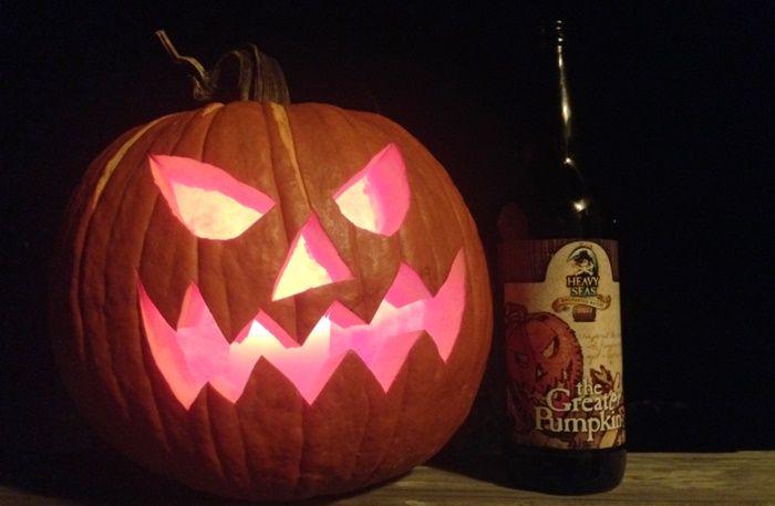 Confira uma seleção especial de cervejas para a festa macabra de Dia das Bruxas  continue lendo em 7 cervejas para tomar no Halloween