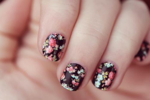 Çiçek desenleriyle süslü tırnaklar <3