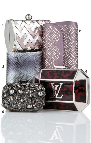 Minimania: clutches  Delicadas como joias, as novas bolsas de festa deixam o supérfluo de lado. Pequenas, elas comportam apenas o necessário. Como usar: as minicarteiras são um complemento perfeito para os vestidos com cores vivas e chamativas.  1. de couro sintético, Fiszpan, R$ 99,   tel.             (21) 2274 7834      .    2. de cetim e cristais, Zeferino, R$ 2 952  3. de couro, Dumond, R$ 200,   4. de metal e resina, Louis Vuitton, R$ 6 900  5. de cetim e cristais, Martha Medeiros, R$ 4…