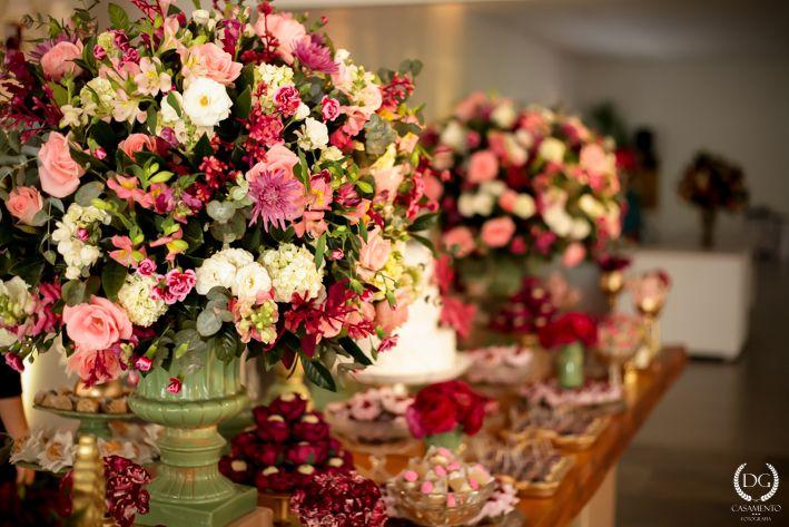 Casamento no campo menta, rosa e dourado 2wed com br Mesa de doces com topo de bolo  -> Decoração De Casamento Na Igreja Rosa E Branco
