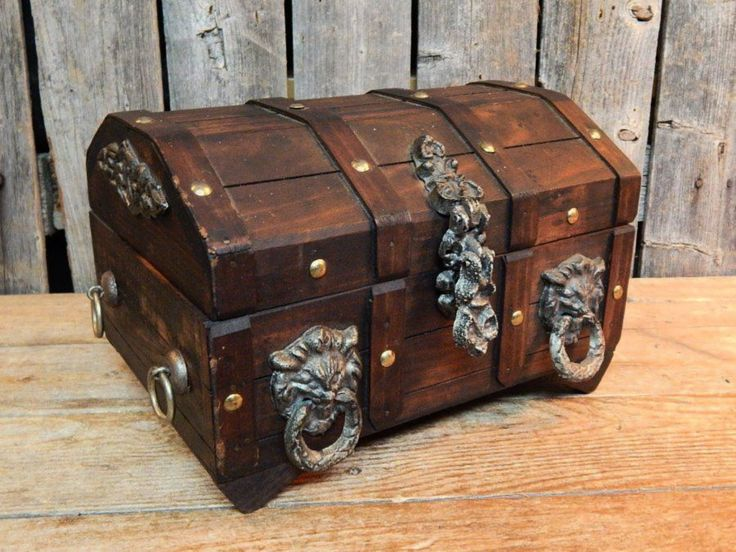 Vintage Wooden PIRATE TREASURE CHEST JEWELRY BOX Lion Heads LOCKABLE