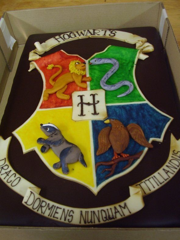 Hogwarts crest cake... This may or may not be my wedding cake... 0.0 haha