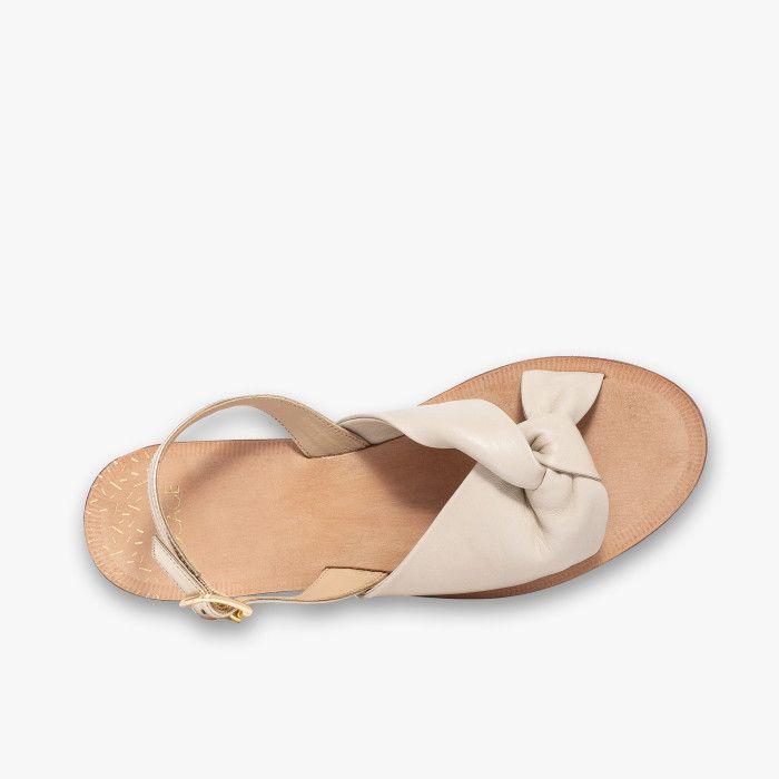 Sandale plate en cuir lisse écru et cuir brillant platine