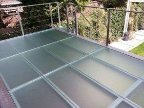 Beloopbaar glas met 3 lagen gehard glas en daartussen meerdere pvb = taai folielagen. Als het glas breekt zal je er door de taaie folie niet door heen kunnen zakken. LET OP: OPTIE POLYSLIJPEN IS VERPLICHT. (ivm gewicht en snijgevaar). levertijd ca. 4-7 werkweken.