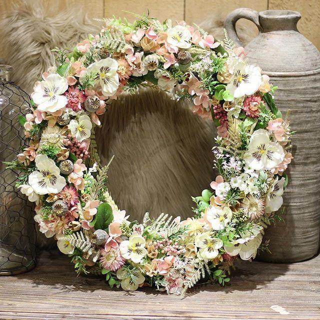 Celoročný veniec na dvere  #cistapriroda #kvetysilvia #kvetinarstvo #kvety #spring #love #instagood #cute #follow #photooftheday #beautiful #tagsforlikes #happy #like4like #nature #style #nofilter #pretty #flowers #design #awesome #yellow #home #handmade #flower #summer #floral #naturelovers #picoftheday #green