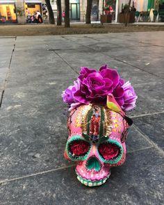 Bonito día amigos!!! Hand made !!! Calacas originales hechas en Barcelona!!!! gracias #guadalupe #pink#flowers #street #bird