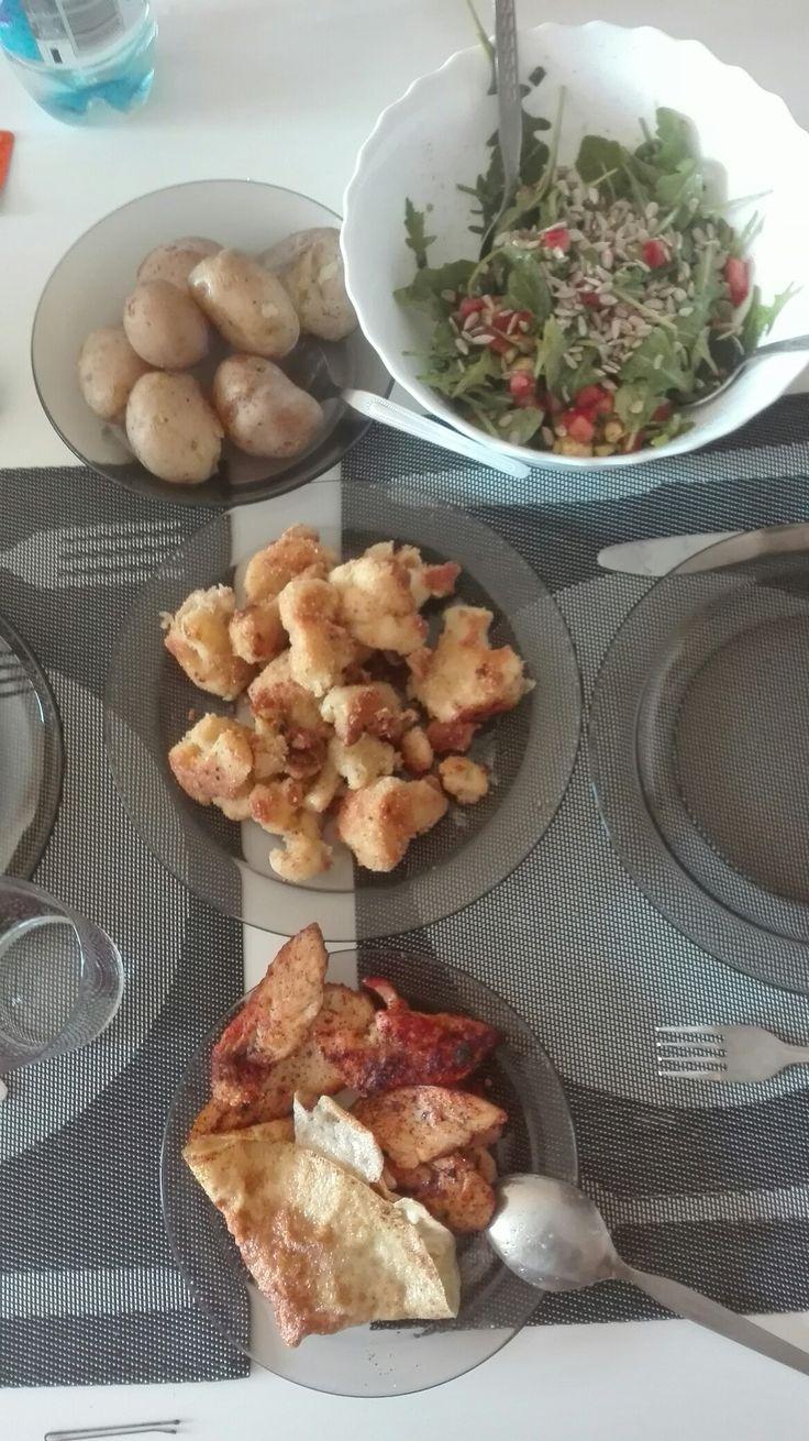 Wakacyjny obiad: młode ziemniaczki, kalafior w panierce, grillowany kurczak, omlet, sałatka z rukoli