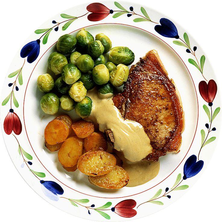 Fläskkotletten blir extra god med en sås på crème fraiche och fransk senap. Tänk på att inte välja för magert kött. En rejäl fettrand gör kotletten smakrikare och är lätt att skära bort när köttet väl ligger på tallriken. Fläskkotletter bör väga 150-200 g styck för att bli en bra portion.