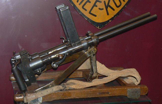 cette arme est le premier pistolet mitrailleur de l'histoire . Ce pistolet a été conçu à l'origine en 1914 par le designer italien des armes légères Bethel Abiel Revelli comme une arme d'aviation. Dans ce rôle, il n'a pas trouvé le succès escompter, car...