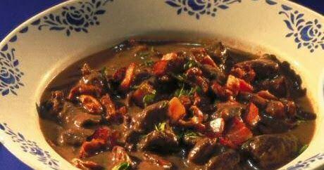 Lekker veelzijdig recept om wildragout of een stoofpotje van wild everzwijn, hazebillen, hert, ree of ander rood wild stoofvlees te maken. ...