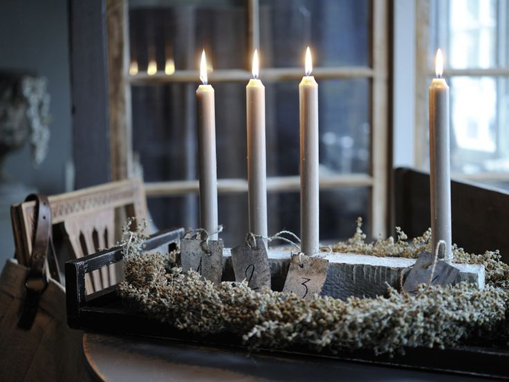 A black tray and some greenery make up this simple Advent wreath.