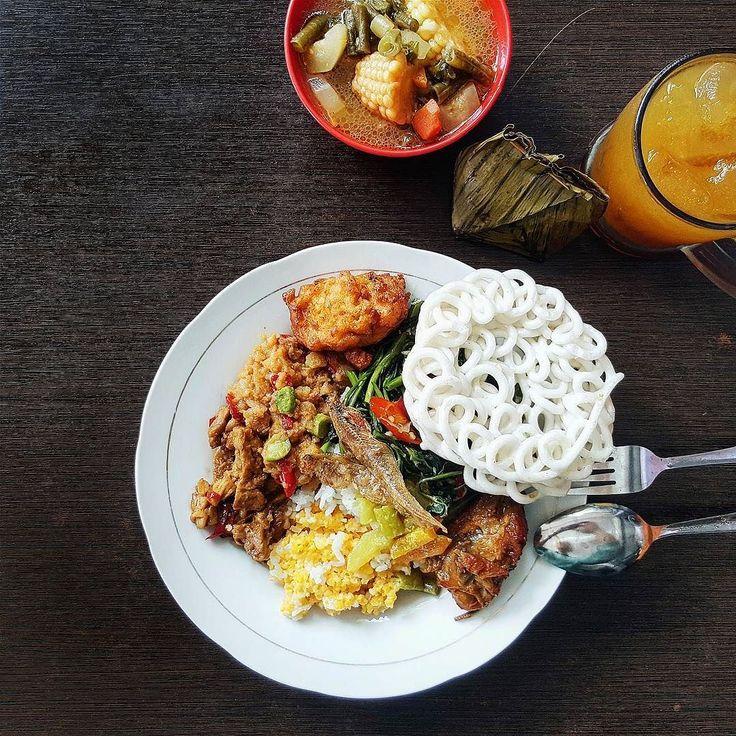 All you can eat cuma Rp 25 ribu perak? Seriusan ada! Mimpi tanggal tua mu terkabul di Warung Iboe Jl Kaca Piring 22. Makanan ala rumahan emang ga ada matinya. Ayam kecap sambel goreng kentang tumis kangkung sampe sayur asemnya komplit. Btw.. Boleh ambil bolak balik lho! Ada nasi merah juga buat yang pencitraan eh  #inijiegram #food #TableToTable #kuliner #culinary #kulinersurabaya