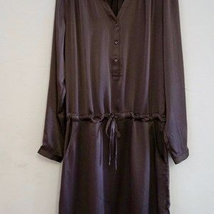 "SUST SILK Luxury Dress, long sleeves, Brown. Beautiful and exclusive dress with long sleeves and a shiny surface.  Made from 100% silk in ""dead stock"", which means that it's made from residues from other collections."
