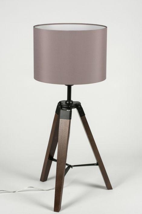 """Artikel 10303 Trendy Tripod tafellamp. Deze tafellamp heeft een """"driepoot"""" armatuur van notenhout.  De kap is gemaakt van mooie, grijze stof. De binnenkant van de kap is wit zodat het licht optimaal gereflecteerd wordt. http://www.rietveldlicht.nl/artikel/tafellamp-10303-modern-retro-hout-donker_hout-stof-grijs-rond"""