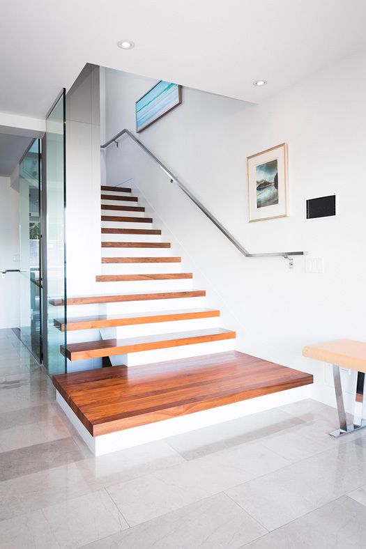 Drewniane stopnie w nowoczesnych schodach