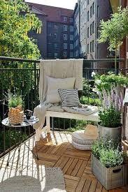 Cómo decorar una terraza pequeña: Pequeños sillones individuales, mesas de café, alguna tumbona, estanterías colgantes, plantas para decorar y sillas de jardín.
