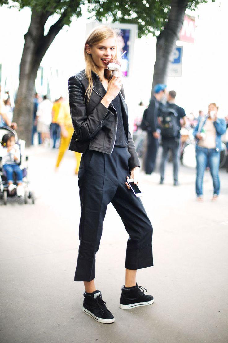 ¿NADA QUE PONERTE? Hoy apostamos por una cazadora de cuero, unos pantalones masculinos y unas 'sneakers'. Encuentra más inspiración en el street style de MFW.