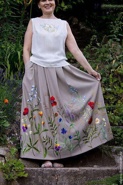 Купить или заказать Длинная юбка в пол с вышивкой в интернет-магазине на Ярмарке Мастеров. Юбка в пол с богатой вышивкой гладью. Цветочная тема вышивки юбки – полевые цветы и маки. Ткань на юбке легкая, костюмная, мягко драпируется и совершенно непрозрачная, без подкладки. Цвет вышитой юбки может быть разный – бежевый, серый, песочный, по желанию. По фасону юбки – заложены глубокие складки по передней части и по спинке летней юбки. Глубокие боковые карманы. Пояс на юбке – 4см шириной.