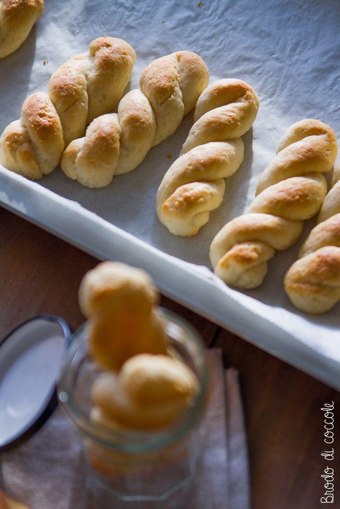 Le treccine di ricotta di Luca Montersino sono biscotti ma sembrano quasi brioche, friabili, facili e sani sono perfetti per una colazione golosa e leggera.