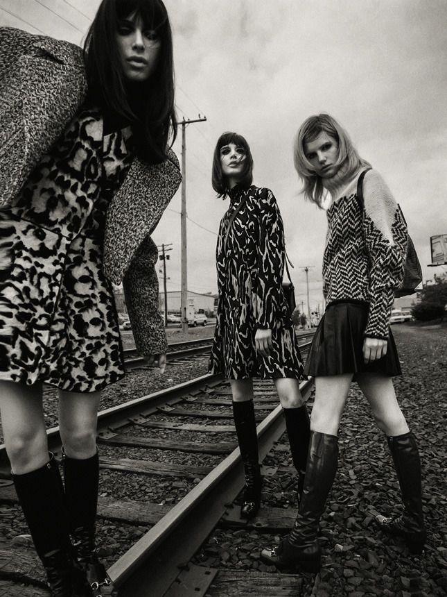 Фантазии на тему школьной формы и ностальгия по шестидесятым: короткие юбки, пальто-трапеции с отложными воротниками, высокие сапоги